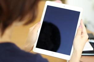 スマートフォンを操作する女性の写真素材 [FYI03913915]