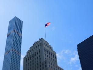 マンハッタンにはためくアメリカ国旗の写真素材 [FYI03913932]