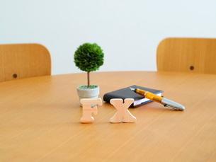 テーブルに置かれた積み木文字FXとペンの写真素材 [FYI03913949]
