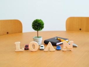 テーブルに置かれた積み木文字LOANの写真素材 [FYI03913950]