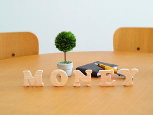テーブルに置かれた積み木文字MONEYの写真素材 [FYI03913951]