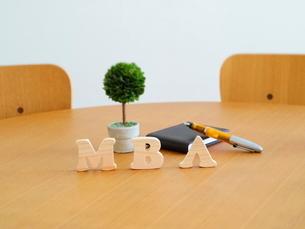 テーブルに置かれた積み木文字MBAの写真素材 [FYI03913952]