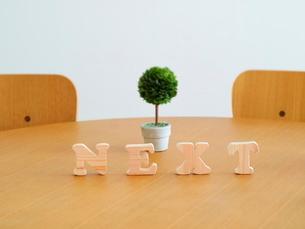 テーブルに置かれた積み木文字NEXTの写真素材 [FYI03913954]