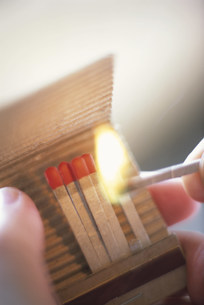 マッチを擦る手元の写真素材 [FYI03914806]