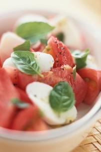 トマトとモッツァレラチーズとバジルのサラダの写真素材 [FYI03914847]