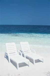 ビーチの白いデッキチェア2脚の写真素材 [FYI03915066]