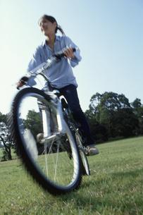 マウンテンバイクに乗る女性の写真素材 [FYI03915067]