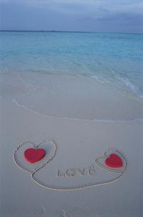 ビーチのハートとLOVEの文字の写真素材 [FYI03915405]