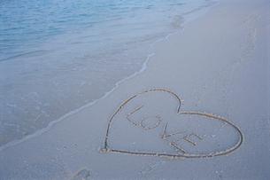ビーチのハートとLOVEの文字の写真素材 [FYI03915423]