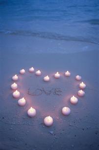 ビーチのハートのキャンドルとLOVEの文字の写真素材 [FYI03915425]
