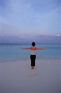 ビーチでヨガをする女性の写真素材 [FYI03915433]