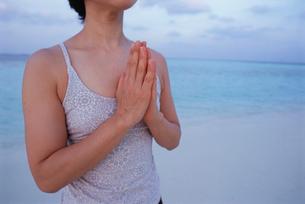 ビーチでヨガをする女性の写真素材 [FYI03915438]