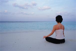 ビーチでヨガをする女性の写真素材 [FYI03915440]