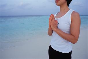 ビーチでヨガをする女性の写真素材 [FYI03915445]