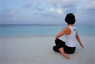 ビーチでヨガをする女性の写真素材 [FYI03915448]