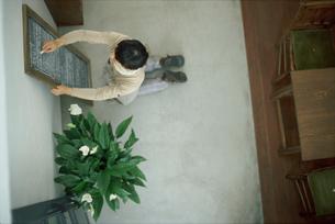 女性と観葉植物の写真素材 [FYI03915503]