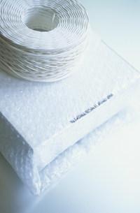 エアパッキンで梱包した荷物と紐の写真素材 [FYI03915664]