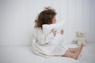 枕を抱くハーフの女の子の写真素材 [FYI03915876]