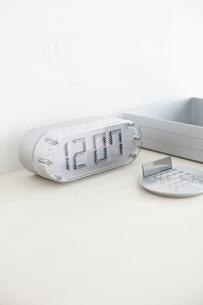 デスクの上の時計の写真素材 [FYI03915969]