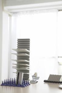 デスクの上のCDラックとビジネス小物の写真素材 [FYI03916066]