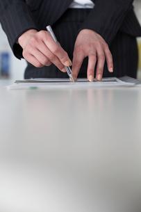 定規を使って書類に線を引く女性の手元の写真素材 [FYI03916084]