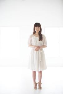 立ち姿の女性の写真素材 [FYI03916120]