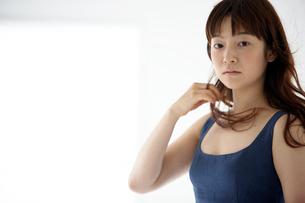 紺色の服を着た女性の写真素材 [FYI03916135]