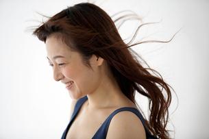 紺色の服を着た女性の写真素材 [FYI03916136]