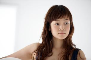 紺色の服を着た女性の写真素材 [FYI03916137]
