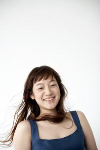 紺色の服を着た笑顔の女性の写真素材 [FYI03916146]