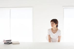 テーブルを前に座っている女性の写真素材 [FYI03916176]