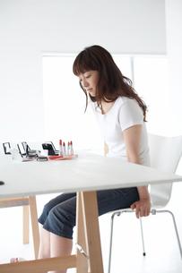 メイク道具を見る女性の写真素材 [FYI03916184]