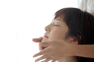 顔のマッサージを受ける女性の写真素材 [FYI03916203]
