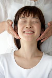 顔のマッサージを受ける女性の写真素材 [FYI03916205]