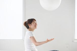 バランスボールで遊ぶ女性の写真素材 [FYI03916209]