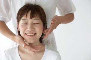 顔のマッサージを受ける女性の写真素材 [FYI03916212]