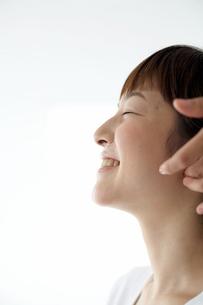 笑顔の女性の横顔の写真素材 [FYI03916213]