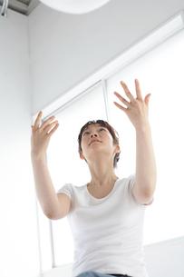 バランスボールを投げる女性の写真素材 [FYI03916217]
