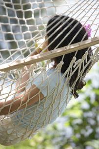 ハンモックに横たわる女性の写真素材 [FYI03916243]