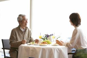テーブルで食事をとる二人の写真素材 [FYI03916359]
