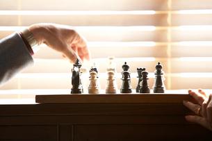 室内でチェスをする二人の写真素材 [FYI03916386]