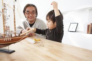 船の模型を作る祖父と孫の写真素材 [FYI03916412]