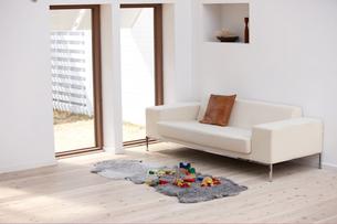 窓辺にソファとおもちゃが置かれたリビングルームの写真素材 [FYI03916425]