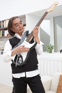 ギターを持つ男性の写真素材 [FYI03916444]