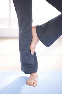 ストレッチする女性の足元の写真素材 [FYI03916455]