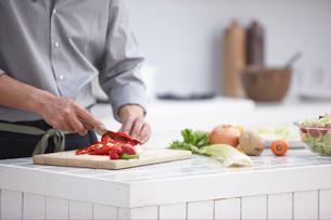 まな板の上で野菜を切る手元の写真素材 [FYI03916464]