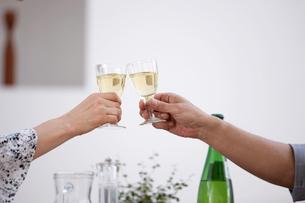 乾杯する夫婦の手元の写真素材 [FYI03916468]