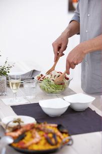 サラダを取り分ける手元の写真素材 [FYI03916472]