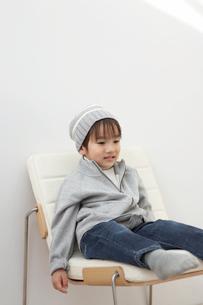 帽子を被ってイスに座る男の子の写真素材 [FYI03916501]