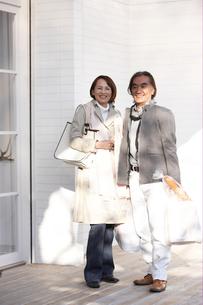 買い物袋やバッグを持って立っている夫婦の写真素材 [FYI03916507]